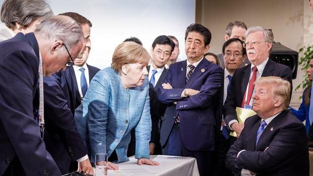 """Donald Trump naj bi Angeli vrgel bonbone na mizo: """"... da ne boš rekla, da ti nisem nič dal!"""" (foto: profimedia)"""