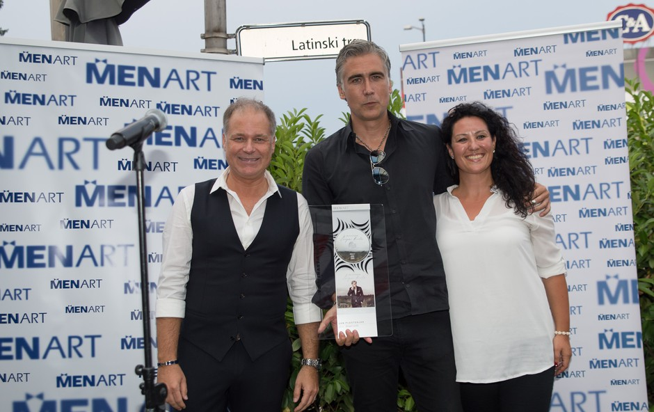 Jan Plestenjak prejel platinasto nagrado za naklado albuma 'Dvigni krila' (foto: Bruno Sedevčič)