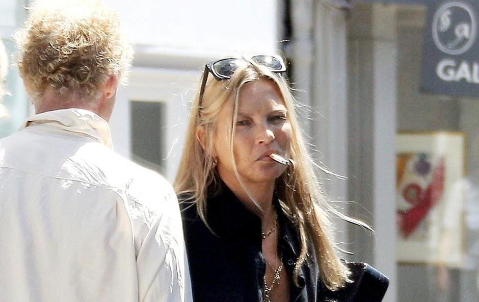 Kate Moss se ne more odpovedati cigaretom (foto: Profimedia)