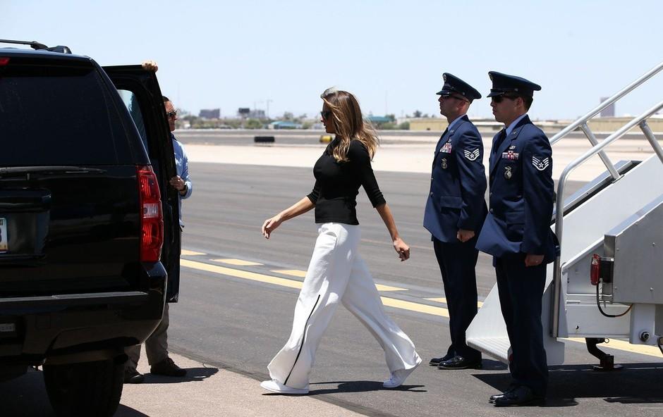 Vsi govorijo o teh čevljih, ki jih je nosila Melania Trump (foto: Profimedia)