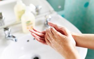 Nova študija pravi, da si večinoma vsi roke umivamo nepravilno