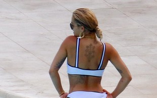 Rita Ora na bazenu pokazala izklesano zadnjico