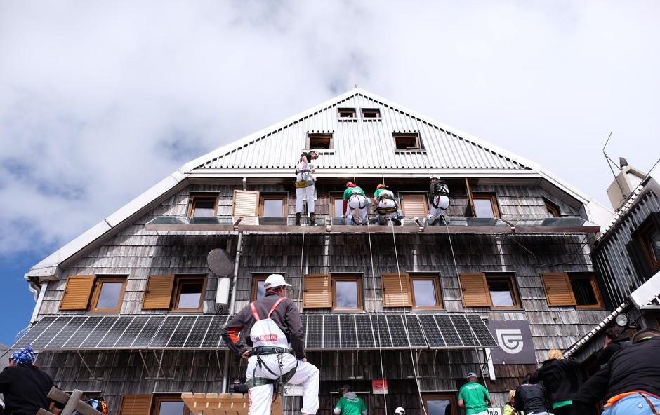 Po 34 letih JUB s svojimi barvami osvežil Triglavski dom na Kredarici (foto: JUB Press)
