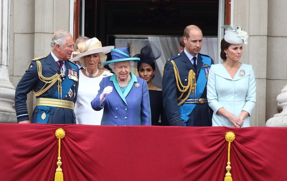 Poglejte si, kako je princ William na balkonu nežno odrinil Kate Middleton (foto: Profimedia)