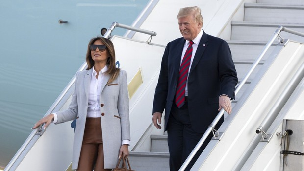 Melania Trump v Helsinkih raje nosila torbico kot držala roko Donalda Trumpa (foto: Profimedia)