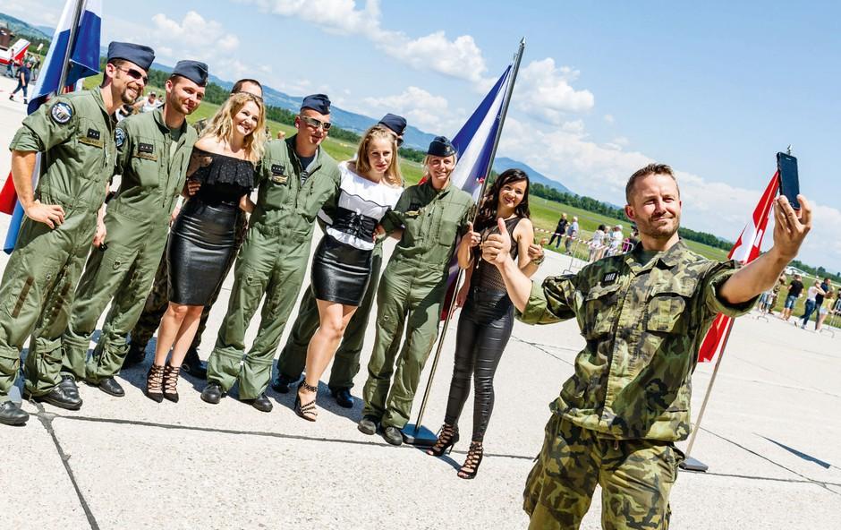 Dekleta iz skupine MJAV med vojaki! (foto: Jaka Zorman)