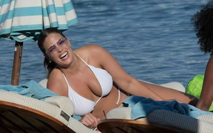 Ashley Graham v belem bikiniju pokazala bujne obline