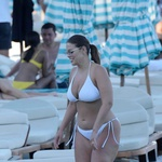 Ashley Graham v belem bikiniju pokazala bujne obline (foto: Profimedia)