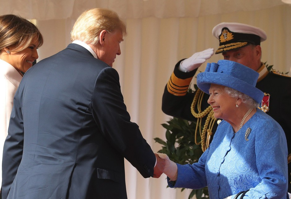 Kaj je Elizabeta II. z broškami želela sporočiti Donaldu Trumpu? (foto: Profimedia)
