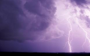 Slabe novice vremenoslovcev: možna so krajevna neurja, ponekod voda že zaliva objekte