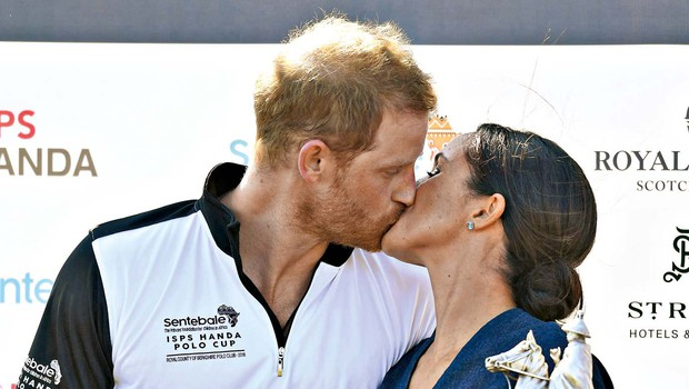 Meghan ga spodbuja in poljublja princa Harryja (foto: Profimedia)