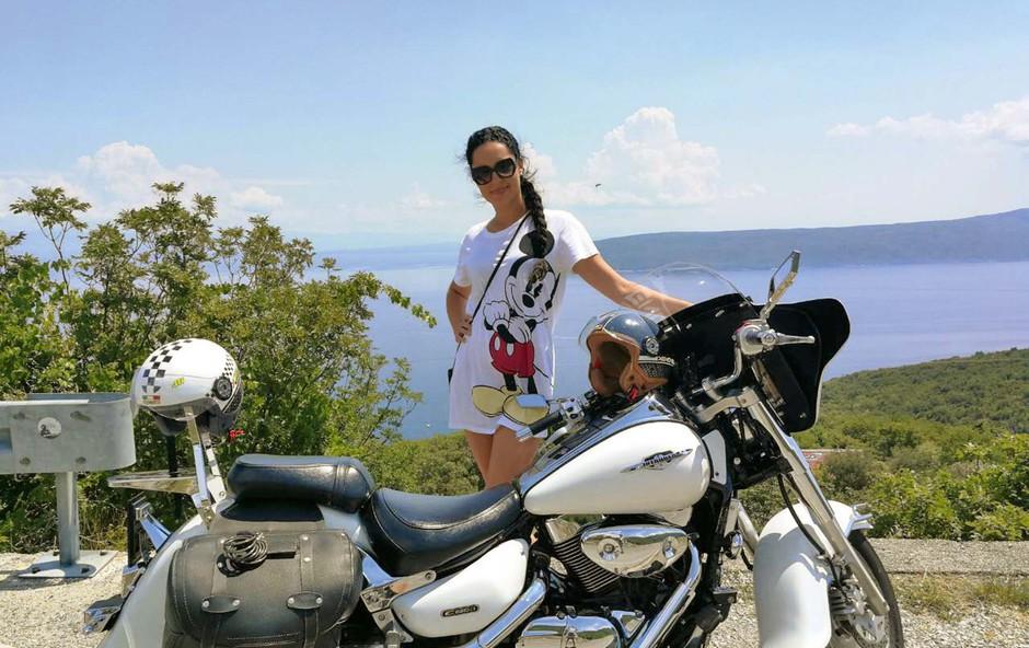 Tadeja Ternar uživa na motorjih! (foto: osebni arhiv )