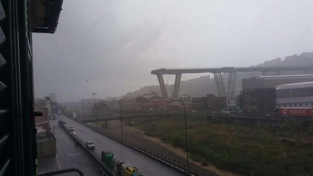 Genova: V zrušenju cestnega viadukta umrlo najmanj 35 ljudi (foto: STA)