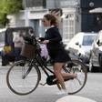 Pippi Middleton med kolesarjenjem po Londonu veter privzdigoval krilo