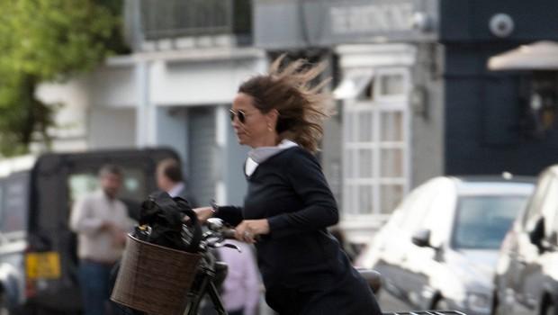 Pippi Middleton med kolesarjenjem po Londonu veter privzdigoval krilo (foto: Profimedia)