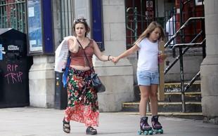 Helena Bonham Carter v središču mesta poglede kradla z razgaljenim trebuščkom