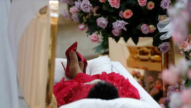 Slovo od Arethe Franklin: Kraljica soula odhaja v zlati krsti, oblečena v rdečo obleko (foto: Profimedia)