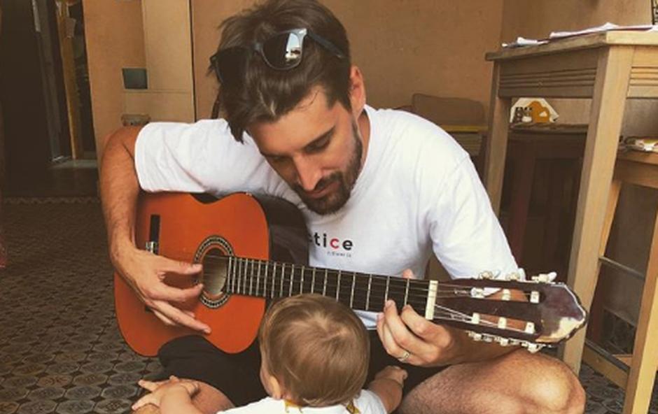 Lukin sinček se že postavlja na svoje noge in goji tudi naklonjenost do glasbe. (foto: Instagram)