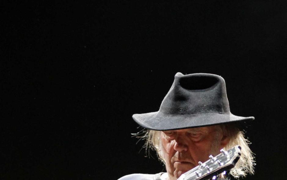 Neil Young pri 72 letih vnovič pred oltar (foto: Goran Antley)