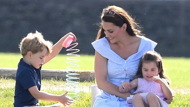 Kate Middleton med nakupovanjem čevljev za princa Georga in princeso Charlotte neprijetno presenetila (foto: Profimedia)