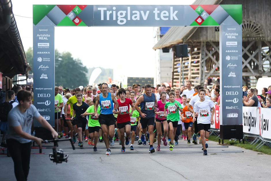 V družbi športnih zvezdnikov teklo več kot 1.600 tekačev (foto: foto: Anze Krze)