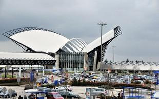 Lov policistov na bel mercedes se je končal na stezi lyonskega letališča, ko je voznik skušal zbežati peš