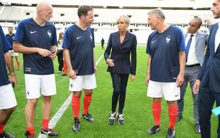 Prva dama Francije Brigitte Macron se v takšni modni kombinaciji le redkokdaj pojavi