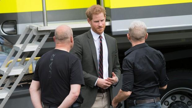Poglejte si, kako se princ Harry ves čas dotika poročnega prstana in misli na svojo Meghan Markle (foto: Profimedia)