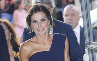 Kraljica Letizia v gledališču pokazala veliko gole kože