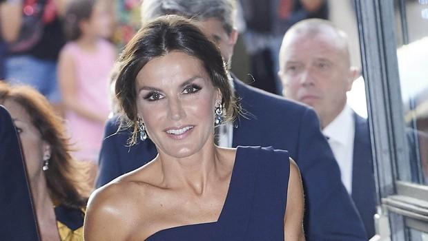 Kraljica Letizia v gledališču pokazala veliko gole kože (foto: Profimedia)