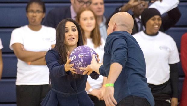 Meghan Markle v visokih petah pokazala, kako spretna zna biti v igri z žogo (foto: Profimedia)