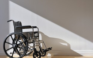 V ZDA s pomočjo električnih stimulacij vstali z vozička še štirje paralizirani invalidi