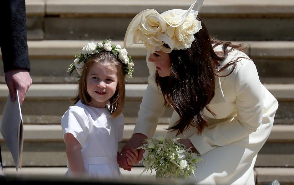 """Princesa Charlotte je na poroki Kate Middleton """"ukradla"""" torbico (foto: Profimedia)"""