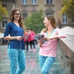 Kaj so mična dekleta v pižamah počela na ljubljanskih ulicah? (foto: Promocijski material)