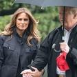 VIDEO: Ameriškemu predsedniku Trumpu je dežnik povzročal preglavice