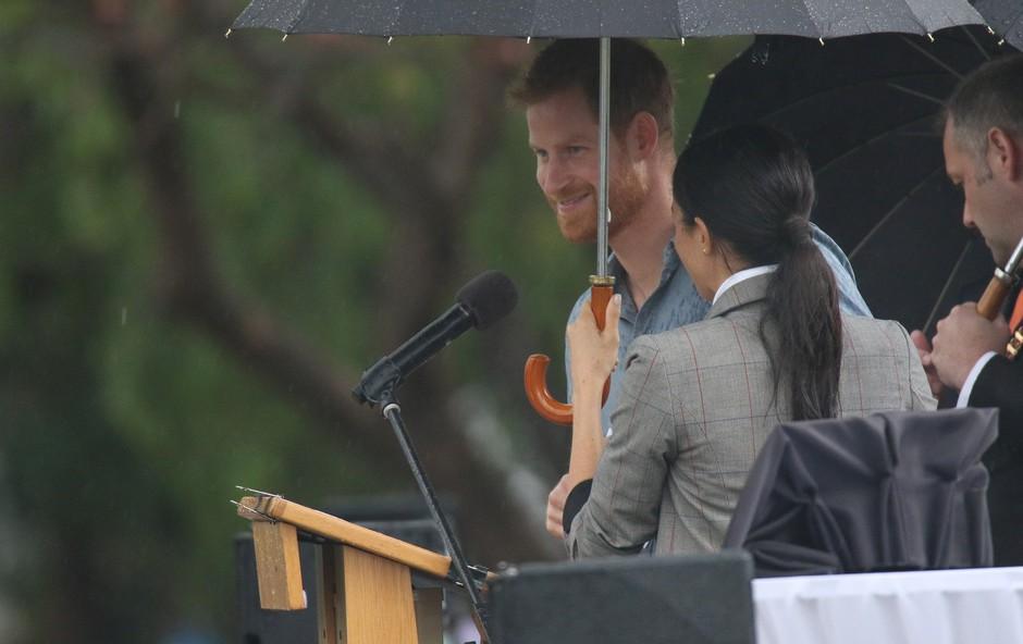 Meghan Markle ni želela, da bi bil princ Harry moker, zato mu je ves čas držala dežnik (foto: Profimedia)