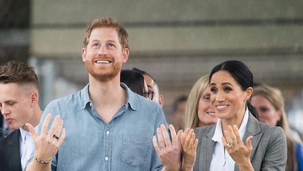 Princ Harry v Avstraliji vse spravil v smeh, ko je med intervjujem začel plesati, da bi odgnal številne muhe (foto: Profimedia)
