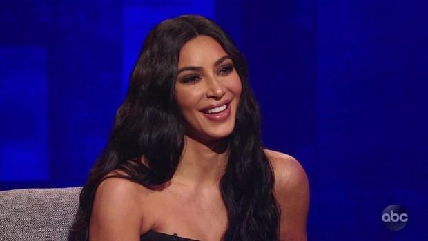"""Kim in Khloe v ozkih pajkicah: """"Vse se vidi, to niso hlače!"""" (foto: Profimedia)"""