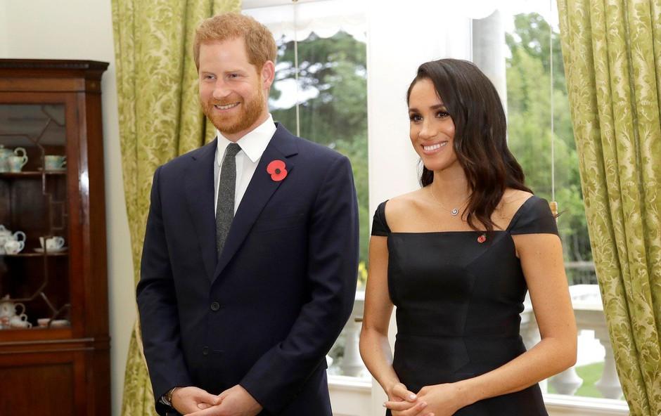 Zakaj Meghan Markle skoraj vedno hodi korak ali dva za princem Harryjem? (foto: Profimedia)