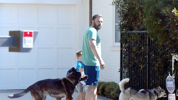 Ben Affleck po boju z odvisnostjo: Bos se sprehaja s svojima kužkoma (foto: Profimedia)