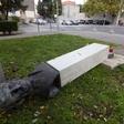 Karma na delu: Moški v Splitu zrušil partizanski spomenik, ta mu je padel na nogo, policija pa ga je zato takoj prijela!