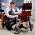 Invalidski voziček Stephena Hawkinga na dražbi prodali za 300.000 funtov