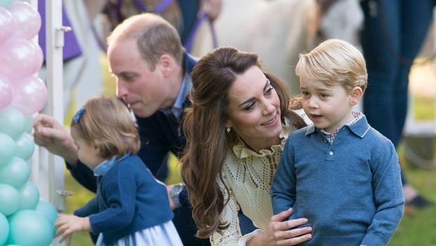 Kate Middleton princa Georga in princeso Charlotte ves čas oblači v ista oblačila (foto: Profimedia)