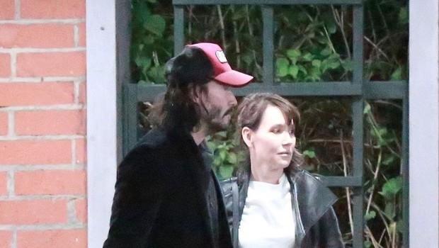 Keanu Reeves užival v družbi neznane dame. Je šlo za zmenek? (foto: Profimedia)