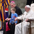 Papeža na splošni avdienci razveselil igrivi deček
