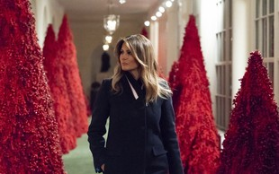 """Melania Trump na kritike rdečih božičnih dreves: """"Videti so fantastično!"""""""