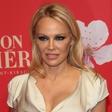 Pamela Anderson je nekoč osupljala v rdečih kopalkah, poglejte si, kakšna lepotica je danes