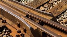 Voznik ni upošteval prometnih znakov, na tračnicah ga je zadela in zavrtela lokomotiva