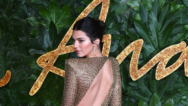 Kendall Jenner na rdečo preprogo prišla brez modrčka (foto: Profimedia)