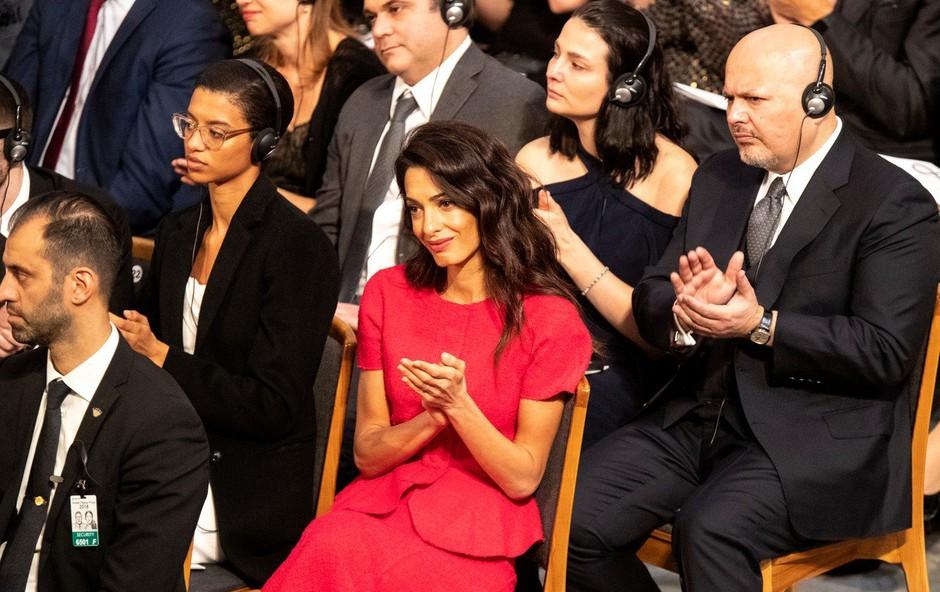 Amal Clooney na podelitvi Nobelovih nagrad - moža Georgea ni bilo videti nikjer (foto: Profimedia)